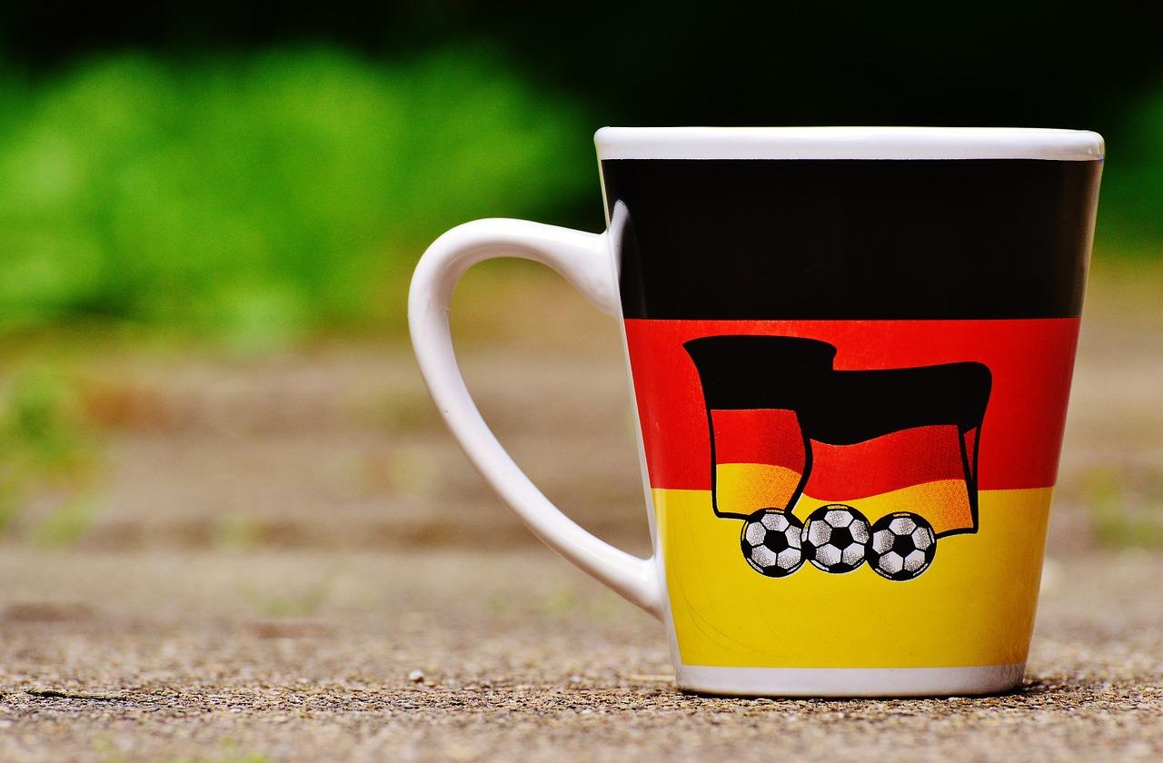 Tasse mit Fussball und Deutschland-Flagge darauf