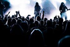 Zuschauer vor der Bühne eines Metal Konzert - Farmer Boys