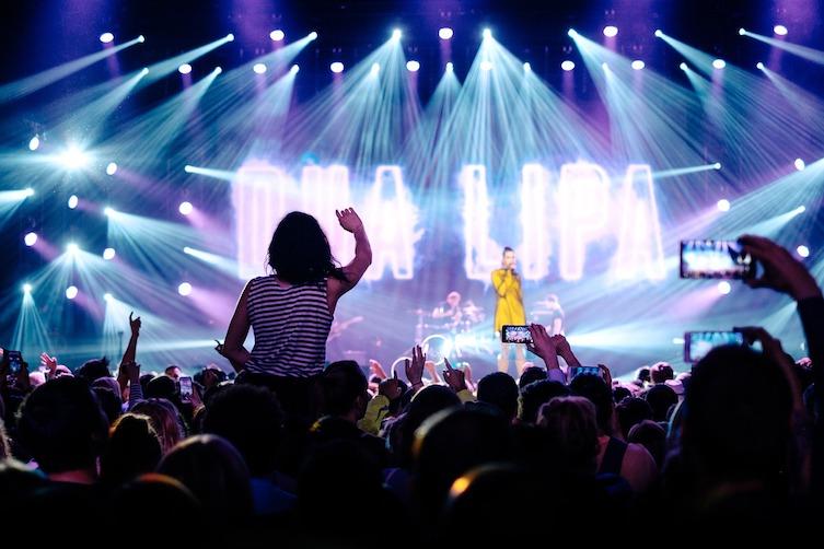 Konzert Ticket Betrug: Blick auf die Bühne in einem Konzert