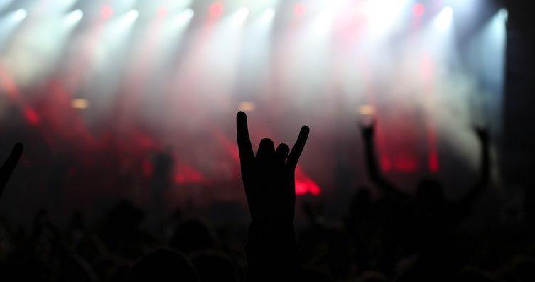 Pommesgabel: Zeichen der Rockszene; hier auf einem Rammstein Konzert